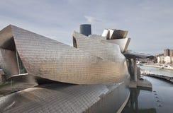 O museu Bilbao de Guggenheim, ao longo do rio Nerv Foto de Stock Royalty Free