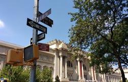 O museu de arte metropolitano, a avenida encontrada, 5a, milha do museu, 81st rua do leste, sinais de rua, New York City, EUA Imagem de Stock Royalty Free