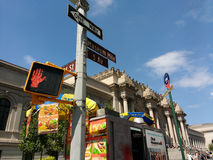 O museu de arte metropolitano, a avenida encontrada, 5a, milha do museu, 81st rua do leste, sinais de rua, New York City, EUA Foto de Stock