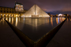 O museu do Louvre na noite em Paris, França Fotos de Stock