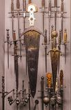 O museu do Poldis Pezzoli Knights o ` Salão com as amostras de armas e de munição medievais imagem de stock royalty free