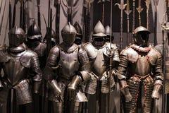 O museu do Poldis Pezzoli Knights o ` Salão com as amostras de armas e de munição medievais foto de stock