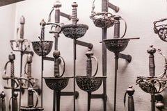 O museu do Poldis Pezzoli Knights o ` Salão com as amostras de armas e de munição medievais fotografia de stock royalty free