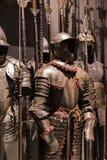 O museu do Poldis Pezzoli Knights o ` Salão com as amostras de armas e de munição medievais imagem de stock