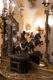 O museu do Poldis Pezzoli Knights o ` Salão com as amostras de armas e de munição medievais fotografia de stock