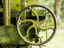O musgo cobriu a maquinaria de exploração agrícola com o punho Fotos de Stock Royalty Free