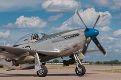 O mustang que P-51 a serra processa II gerencie sobre o Taxiway Fotos de Stock Royalty Free