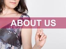 O my pisać na wirtualnym ekranie Technologii, interneta i networking pojęcie, kobieta w koszula czarnych biznesowych prasach Zdjęcia Royalty Free