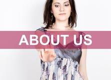 O my pisać na wirtualnym ekranie Technologii, interneta i networking pojęcie, kobieta w koszula czarnych biznesowych prasach Zdjęcie Royalty Free