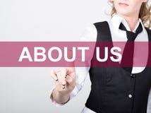 O my pisać na wirtualnym ekranie Technologii, interneta i networking pojęcie, kobieta w koszula czarnych biznesowych prasach Obrazy Royalty Free