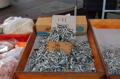 O myeolchi secado pequeno coreano de Bokkeum dos peixes oferece em um miliampère pequeno imagens de stock