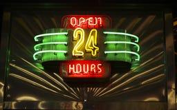 O néon abre 24 horas de sinal Fotografia de Stock Royalty Free