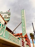O néon retro que joga assina dentro Las Vegas velho Foto de Stock Royalty Free