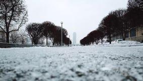 O nível elevado de neve e a neve atacam o dia do alerta da previsão de tempo do inverno na cidade Fuga no Park City no inverno filme