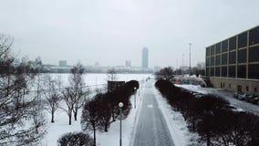 O nível elevado de neve e a neve atacam o dia do alerta da previsão de tempo do inverno na cidade Vista superior da fuga no Park  video estoque