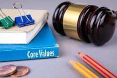 O núcleo avalia o conceito livro azul em uma tabela cinzenta do escritório imagem de stock