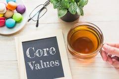 O núcleo do conceito avalia a mensagem nas placas de madeira Bolinhos de amêndoa e chá de vidro na tabela foto de stock royalty free