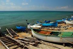 O número barcos velhos de posição amarrada entra sobre a costa, Pomorie, Bulgária 28 de julho de 2014 Fotografia de Stock Royalty Free