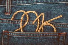 O número 2016 de corda no fundo da parte traseira do jea Imagens de Stock