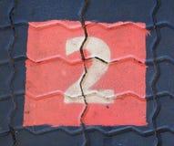 O número dois em um quadrado está no campo de jogos do passeio Foto de Stock Royalty Free