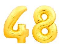 O número dourado 48 quarenta e oito fez do balão inflável no branco Foto de Stock Royalty Free