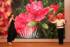 O número musical da dança com um tema náutico executou pelos atores do trupe do auditório de St Petersburg imagens de stock