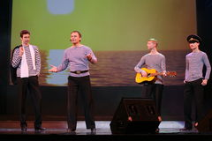 O número musical da dança com um tema náutico executou pelos atores do trupe do auditório de St Petersburg Foto de Stock Royalty Free
