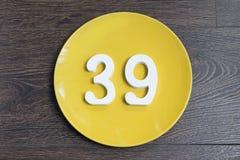 O número trinta e nove na placa amarela Fotos de Stock