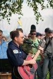 O N. Anisimov executa suas canções imagens de stock royalty free