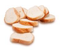 O naco do pão branco cortou em partes Fotos de Stock