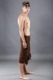 O nadador caucasiano atrativo novo do homem com óculos de proteção e toalha é Imagens de Stock