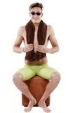 O nadador caucasiano atrativo novo do homem com óculos de proteção e toalha é Imagem de Stock Royalty Free