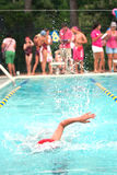 O nadador da criança alcanga a extremidade distante da associação na reunião de nadada Fotografia de Stock Royalty Free