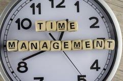 O nanagement do tempo escrito com woden blocos imagens de stock royalty free