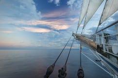 O nariz de um navio de navigação no nascer do sol Fotos de Stock