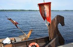 O nariz do navio antigo do russo - a gralha foi decorada sempre com uma figura da madeira e uma bandeira com uma imagem, um sain Foto de Stock Royalty Free