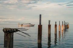 O nascer do sol bate o barco e o cais quebrado - Camboja Imagem de Stock