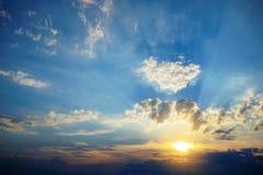 O nascer do sol bonito e celestial nas montanhas ajardina, do norte de Tailândia Fotografia de Stock Royalty Free