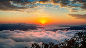 O nascer do sol bonito em montanhas é coberto pela névoa da manhã em Seoul, Coreia imagem de stock