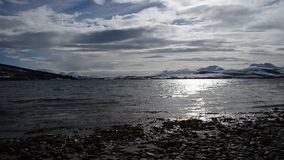 O nascer do sol bonito sobre a cordilheira nevado poderosa no círculo ártico com céu azul e calma acena video estoque