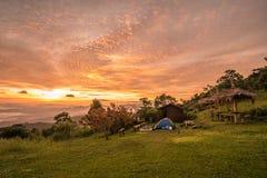 O nascer do sol da manhã nas montanhas em Tailândia fotografia de stock