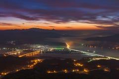 O nascer do sol da manhã nevoento nas montanhas ajardina em Seoul, Coreia Imagens de Stock Royalty Free