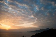 O nascer do sol e o algodão gostaram de nuvens Fotografia de Stock Royalty Free