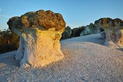 O nascer do sol em um fenômeno da rocha a pedra cresce rapidamente, Bulgária Foto de Stock