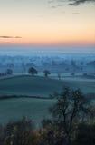 O nascer do sol impressionante sobre a névoa mergulha na paisagem do campo Fotografia de Stock