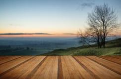 O nascer do sol impressionante sobre a névoa mergulha na paisagem do campo com w Foto de Stock