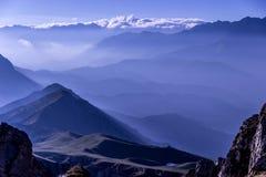 O nascer do sol maravilhoso da manhã de Earlu ilumina-se nas montanhas foto de stock royalty free