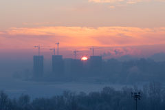 O nascer do sol na cidade durante o inverno Imagens de Stock