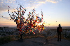 O nascer do sol nas montanhas com muitos balões quentes do ar no céu Imagem de Stock Royalty Free