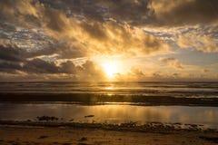 O nascer do sol no oceano em Kauai Foto de Stock